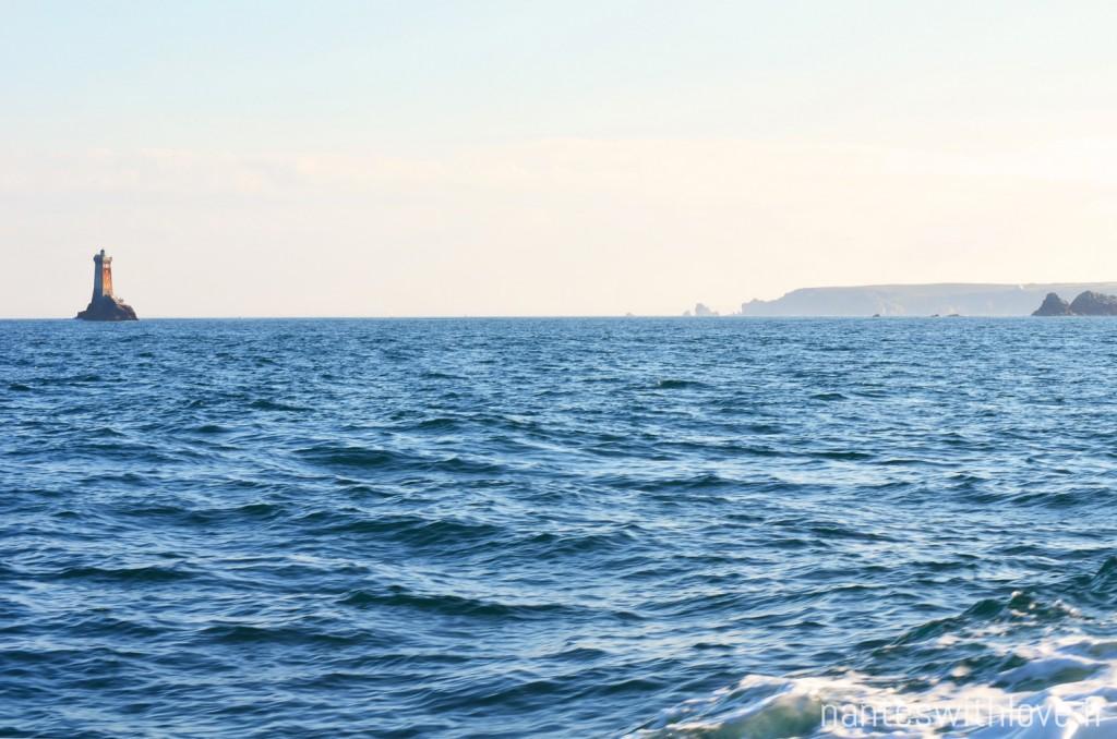 Ile de Sein - Voir s'éloigner la pointe du Raz et croiser le phare de la Vieille