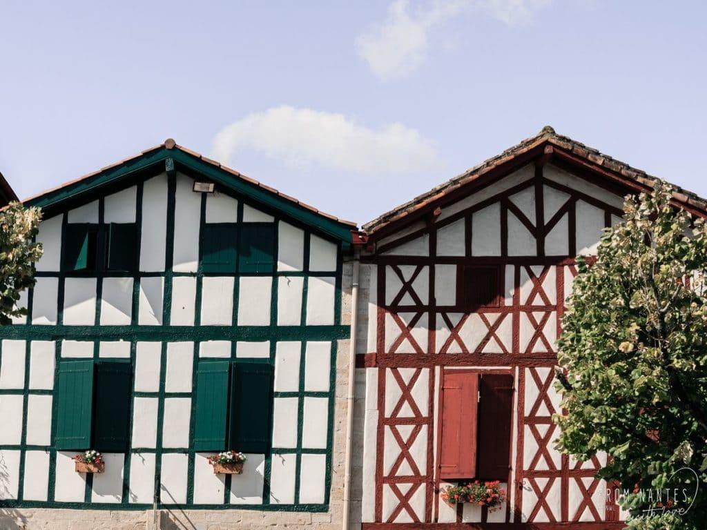 Les jolies façades de la Bastide-Clairence. Village de caractère à visiter au Pays Basque
